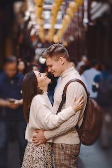 Coppie della persona appena sposata che mostrano affetto e che si tengono per mano a shanghai vicino a yuyuan mentre visitando la cina