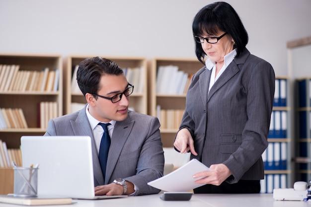 Coppie di affari che hanno discussione in ufficio