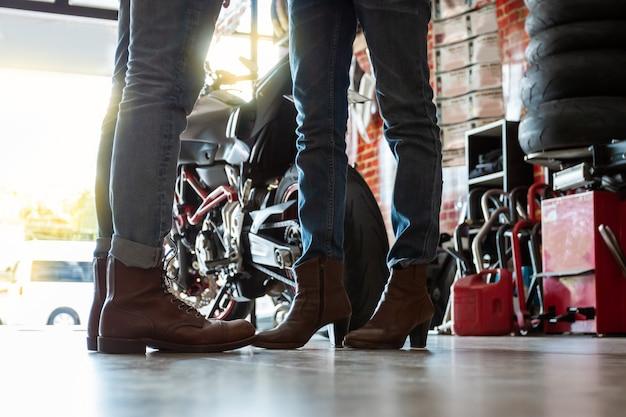 Coppie di motociclisti durante la preparazione di viaggi