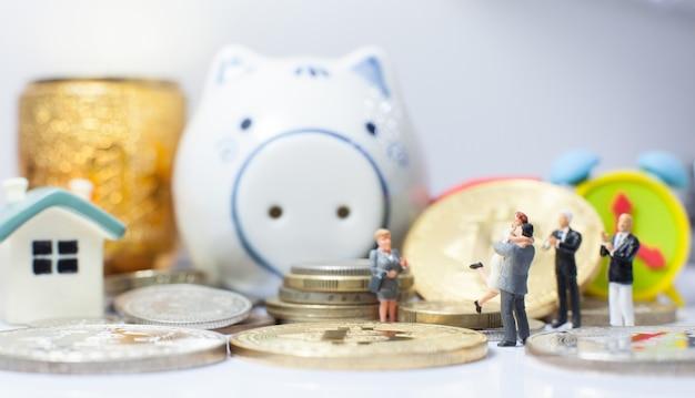Coppie felici che fanno con successo l'investimento aziendale