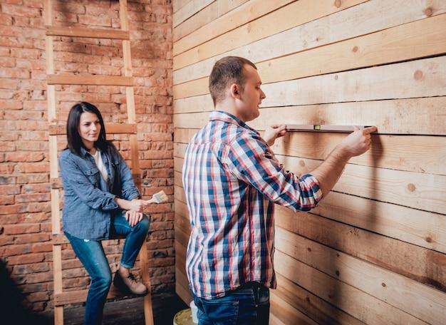 Coppie felici che fanno le riparazioni a casa loro.