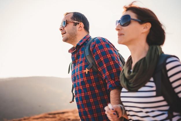 Coppie felici che fanno un'escursione insieme su una montagna