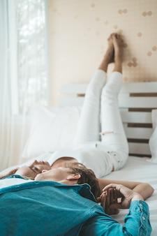 Coppie felici che giocano insieme nella camera da letto