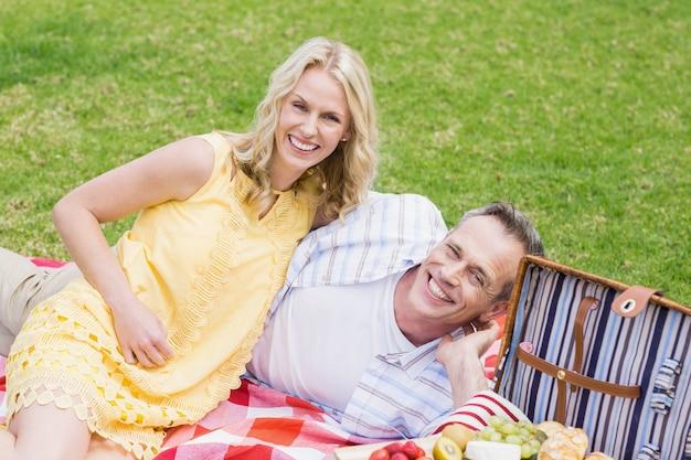 Coppie felici che hanno un picnic fuori