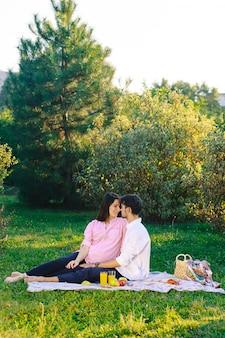 Coppie felici che hanno un picnic sano sulla natura
