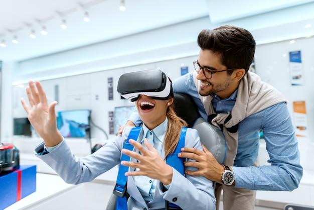Coppie felici che provano la tecnologia di realtà virtuale