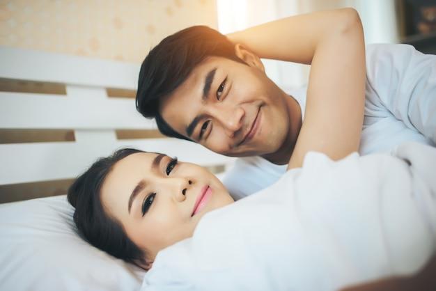 Coppie felici che si trovano insieme a letto