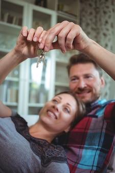 Coppie felici che tengono la loro chiave di casa