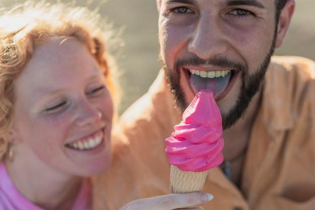 Coppie felici del primo piano con il gelato