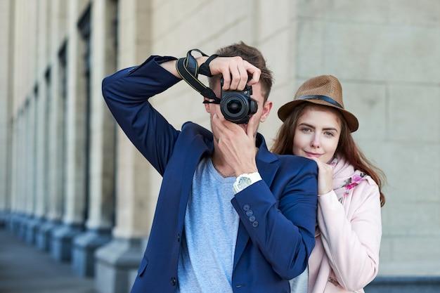 Coppie felici di amore di turisti che prendono foto sull'escursione o sul giro della città.