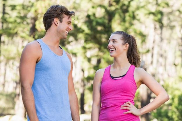 Coppie felici in buona salute che se lo esaminano