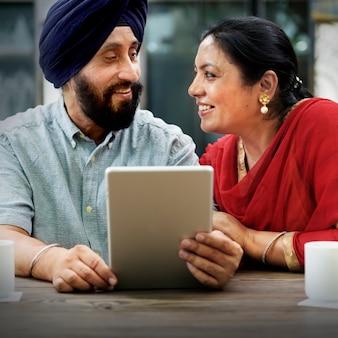 Coppie indiane facendo uso del concetto del dispositivo