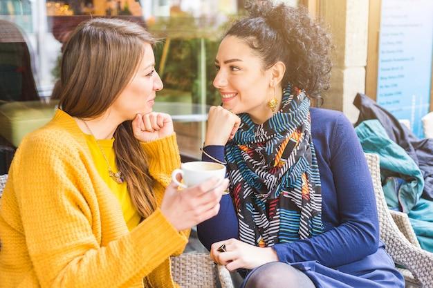 Coppie lesbiche che mangiano un caffè in un caffè