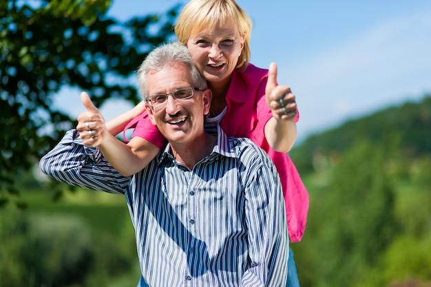 Coppie mature o senior felici che hanno passeggiata