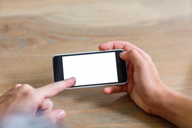 Coppie messe a fuoco facendo uso dello smartphone a casa