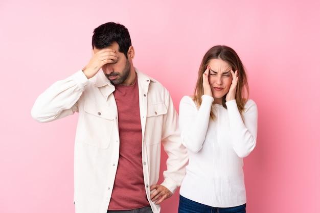 Coppie nel giorno di s. valentino sopra la parete rosa isolata infelice e frustrata con qualcosa