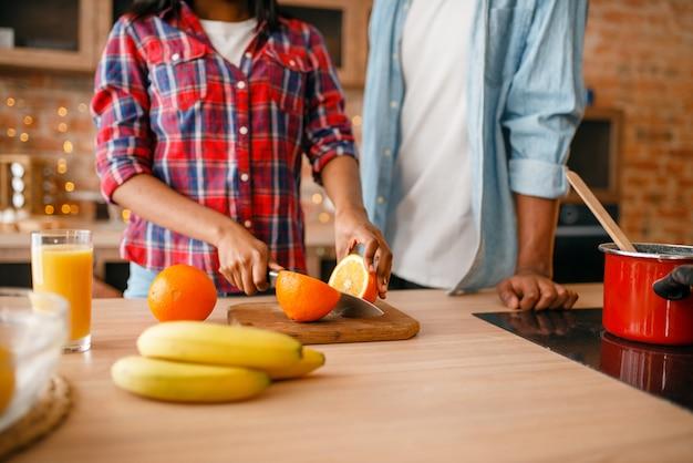 Coppie nere di amore che cucinano la cena romantica