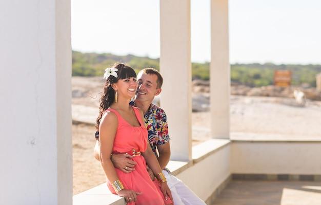 Coppie romantiche felici nell'amore e nel divertimento all'aperto, giorno di estate, concetto di armonia