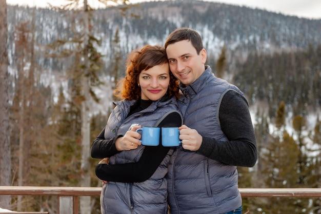 Coppie romantiche su una ricreazione all'aperto di inverno