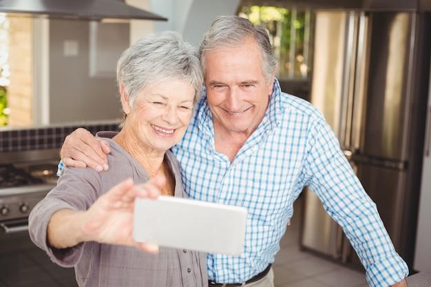 Coppie senior allegre che prendono selfie