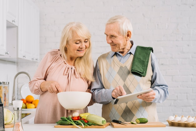Coppie senior che cucinano nella cucina