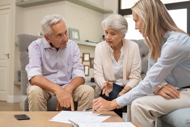 Coppie senior che discutono investimento
