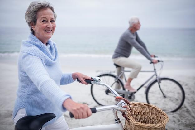 Coppie senior che hanno giro con la loro bici