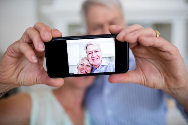 Coppie senior che prendono selfie sul telefono cellulare