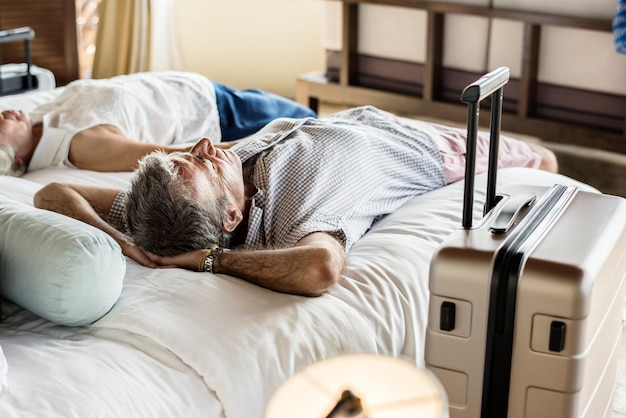 Coppie senior che riposano su un letto
