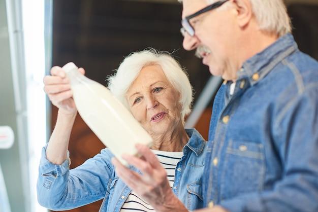 Coppie senior che scelgono latte