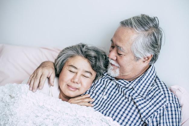 Coppie senior che si trovano a letto insieme