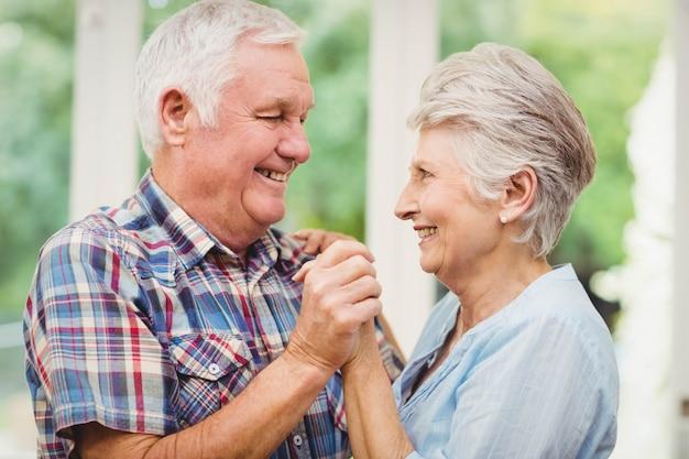 Coppie senior felici che ballano a casa