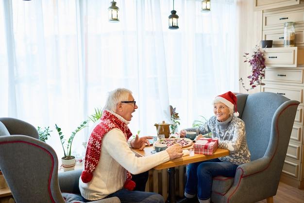 Coppie senior felici che celebrano le feste di natale