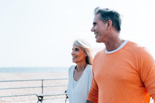 Coppie senior felici che spendono tempo alla spiaggia. concetti su amore, anzianità e persone