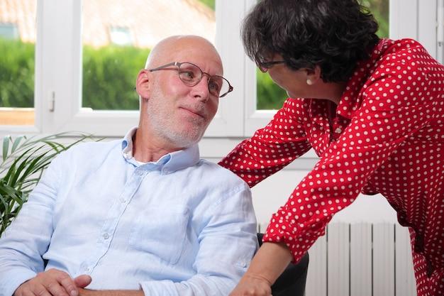 Coppie senior felici nell'amore a casa