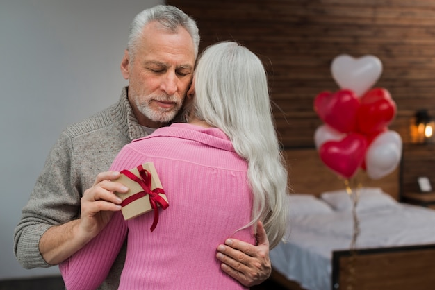 Coppie senior il giorno di biglietti di s. valentino