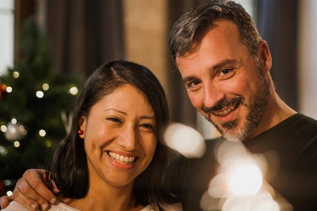 Coppie senior sorridenti del colpo del primo piano con luce