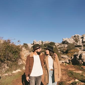 Coppie sorridenti che hanno un viaggio di montagna