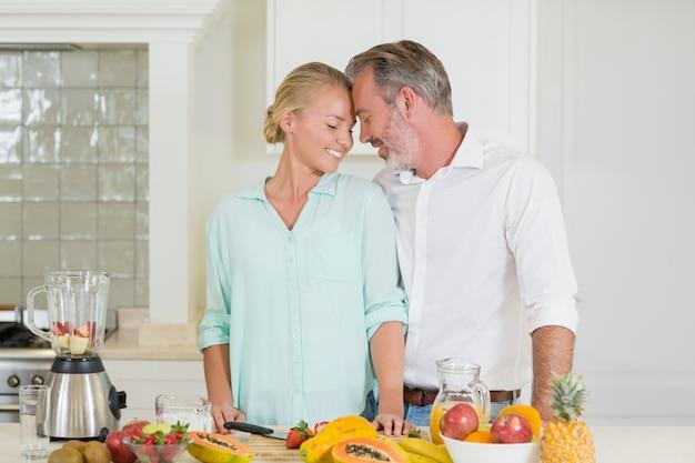 Coppie sorridenti che romancing nella cucina