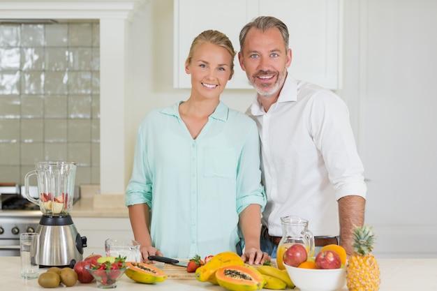 Coppie sorridenti che stanno nella cucina