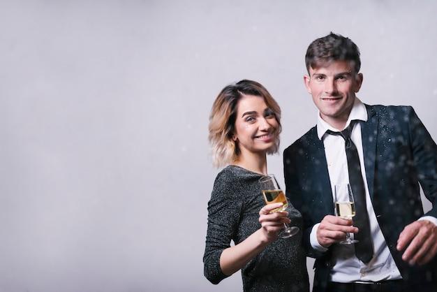 Coppie sorridenti che tengono i vetri di champagne