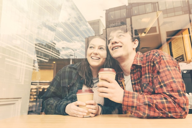 Coppie sorridenti in un caffè a londra