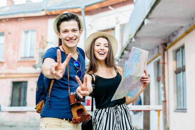 Coppie sorridenti in vacanza in città
