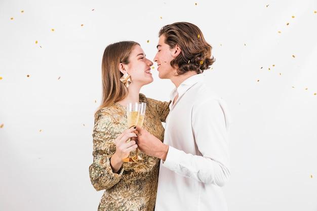Coppie sorridenti pronte a baciare sul compleanno