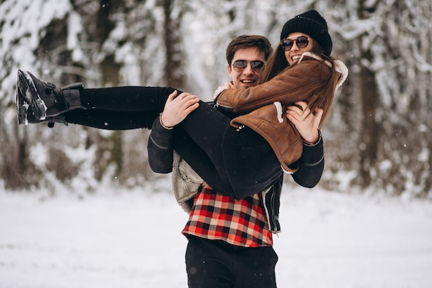 Coppie sul san valentino nella foresta di inverno