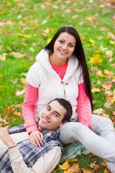 Coppie teenager al parco nel tempo di autunno