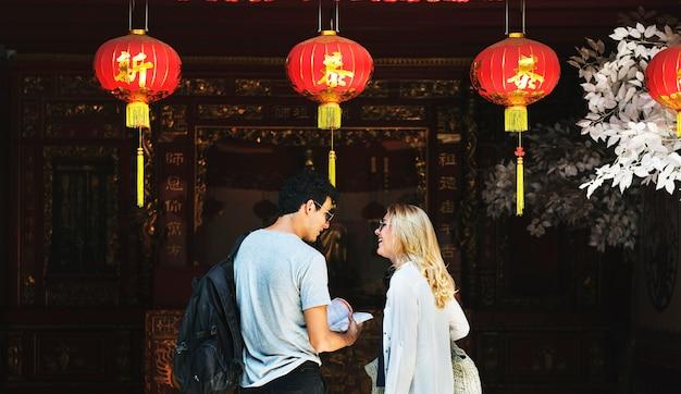 Coppie turistiche caucasiche nella casa di joss cinese