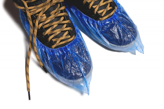 Copriscarpe monouso medico pulito su scarpe da uomo. igiene nelle istituzioni mediche
