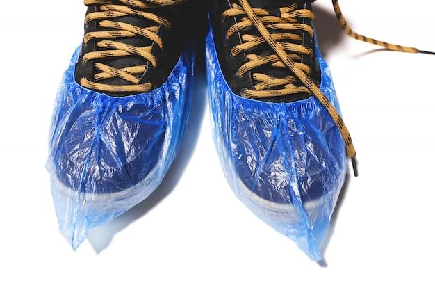 Copriscarpe monouso medico su scarpe da uomo.