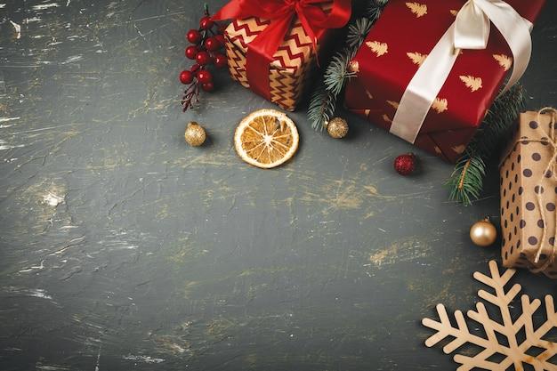 Copyspace di legno con i regali e le decorazioni di natale per la vostra progettazione